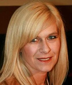 Die wilde, vollbusige Lagersekretärin Marina Montana wird von Hengsten gefickt